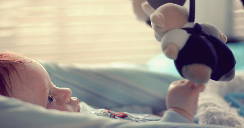 Bebê fazendo salto de desenvolvimento