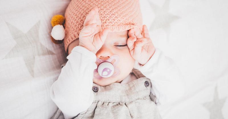 Bebê coçando olho