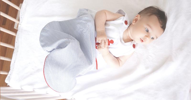 Bebês vestindo saco de dormir