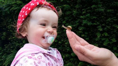 Bebê brincando com chupeta