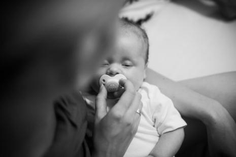 Bebê dormindo com chupeta