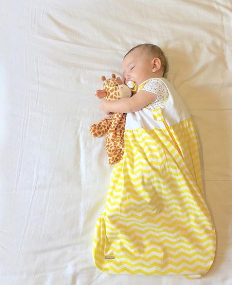 Bebê dormindo num saco de dormir