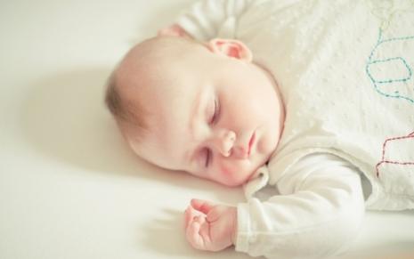 Bebe dormindo com saco de dormir